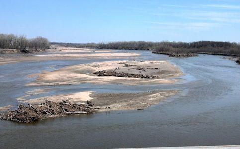1,180 cfs at Kansas River near Belvue, KS on Aprr. 24, 2013. Photo by Arin Peters, USGS.